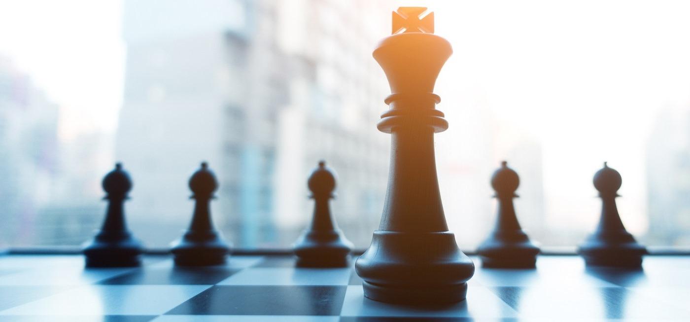 Schachbrettfiguren auf einem Schachbrett